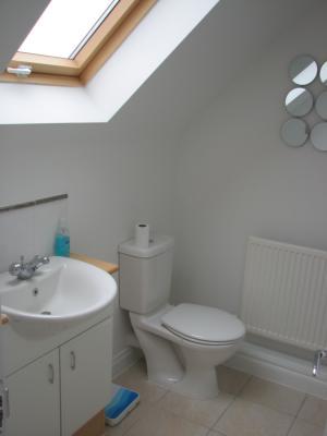 P0036 En suite washbasin and toilet